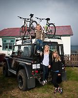 Ari Carl, Arndís og Bjargey með Lund Rover við Ytri-Bakka.