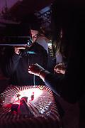 COLLECTIF GRANDE SURFACE<br /> L'ÉTERNITÉ EN TEMPS RÉEL<br /> FESTIVAL.  PHÉNOMENA 2018. La Sala Rossa, Dimanche 14 octobre 2018. Collectif créatif Grande Surface: Chloé Barshee, Jérôme Bédard, Claudie Gagnon, Joanie Poirier, Claire Renaud, Mickaël Tetrault-Ménard. Conception son et vidéo: Gaspard Philippe. Assistance à la scénographie: Audrée Juteau. Direction de production: Sarah Laval