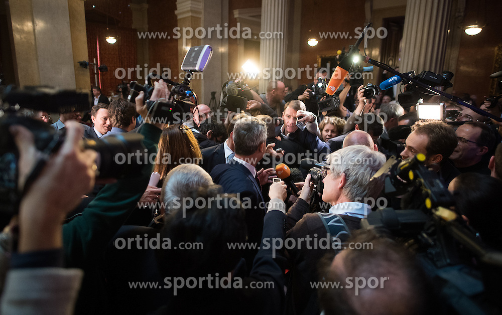02.12.2016, Börse, Wien, AUT, FPÖ, Wahlkampfabschluss mit Rede zur Lage der Nation für die Wiederholung des zweiten Wahlgang der Präsidentschaftswahl 2016. im Bild FPÖ-Präsidentschaftskandidat Norbert Hofer // Candidate for Presidential Elections Norbert Hofer (Austrian Freedom Party) during final election campaign rally of the austrian freedom party in Vienna, Austria on 2016/12/02. EXPA Pictures © 2016, PhotoCredit: EXPA/ Michael Gruber