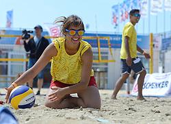 20150627 NED: WK Beachvolleybal day 2, Scheveningen<br /> Nederland heeft er sinds zaterdagmiddag een vermelding in het Guinness World Records bij. Op het zonnige strand van Scheveningen werd het officiële wereldrecord 'grootste beachvolleybaltoernooi ter wereld' verbroken. Maar liefst 2355 beachvolleyballers kwamen zaterdag tegelijkertijd in actie / volleyballen met FIVB President Dr. Ary S. Graca