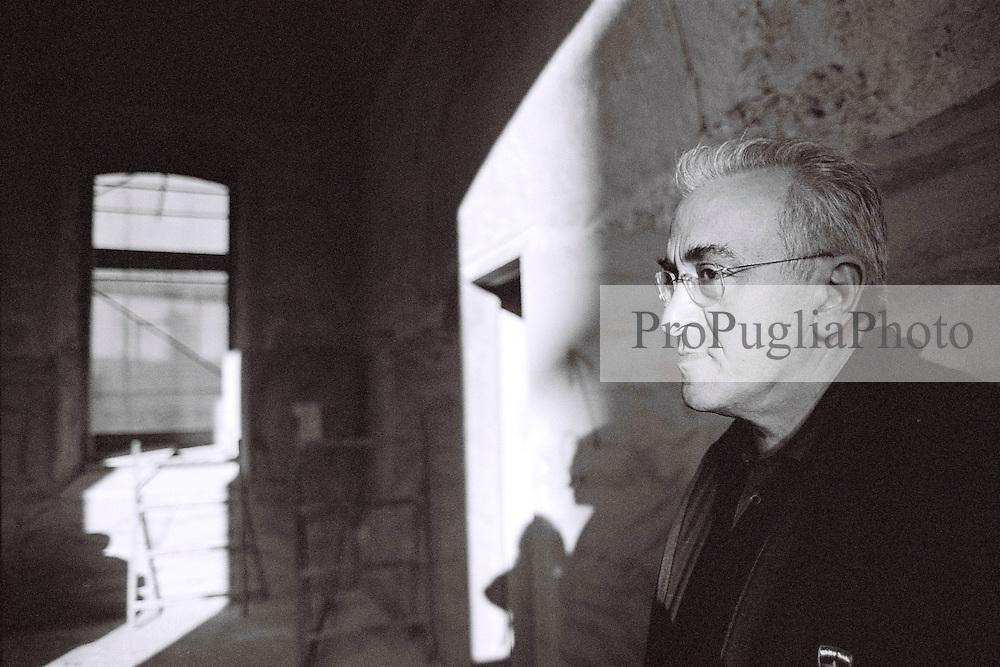 Il padre di Daniela e Paola, Prof. Claudio Bastianutti, ispeziona i locali delle Fondazione duranti i lavori di ristrutturazione.