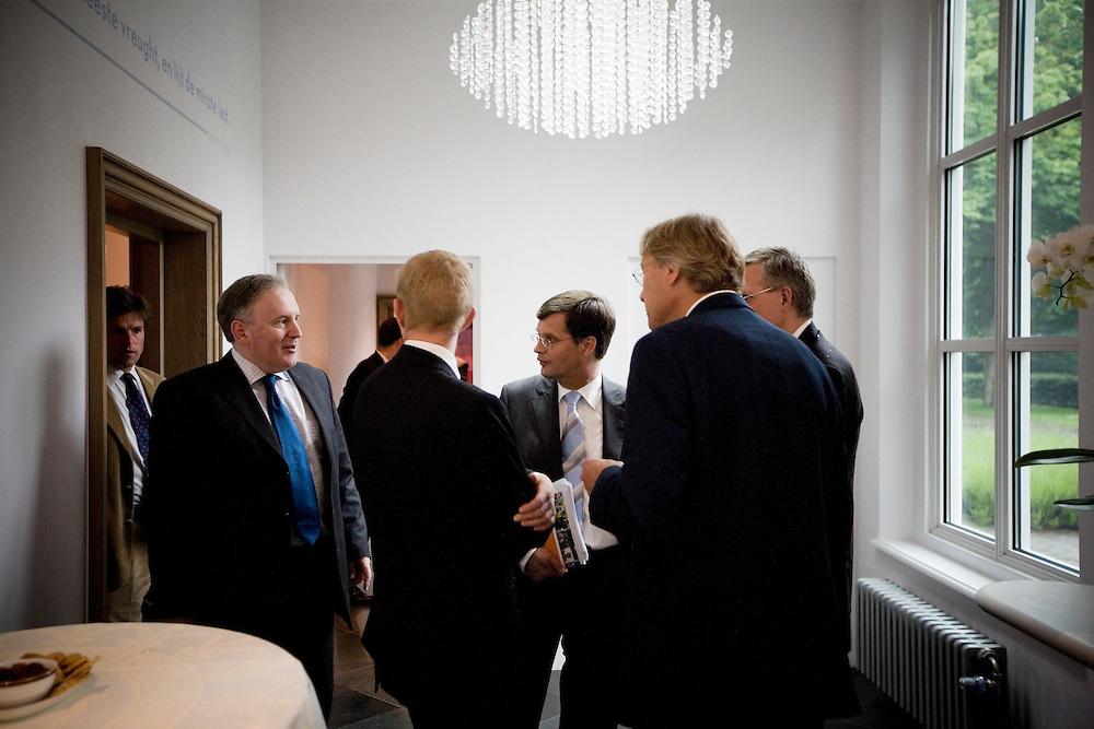 Nederland. Den Haag, 14juni 2007.<br /> Frans Timmermans, staatssecretaris Europese Zaken en jan peter Balkenende in de gang van het Catshuis<br /> Het kabinet presenteert het Beleidsprogramma bij het Catshuis in Den Haag. In het Beleidsprogramma worden de ambities uit het Coalitieakkoord van CDA, PvdA en ChristenUnie concreet uitgewerkt. Daarbij is ook gebruik gemaakt van de ideeen die de bewindslieden de afgelopen maanden hebben opgedaan tijdens de dialoog &ldquo;Samen werken aan Nederland&rdquo;. vlnr Andre Rouvoet ,Jan Peter Balkenende en Wouter Bos verlaten het Catshuis en lopen naar de tent om de persconferentie te houden.<br /> <br /> Foto Martijn Beekman <br /> NIET VOOR TROUW, AD, TELEGRAAF, NRC EN HET PAROOL