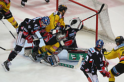 18.03.2018, Albert Schultz Halle, Wien, AUT, EBEL, Vienna Capitals vs HC TWK Innsbruck Die Haie, Playoff Viertelfinale, 5. Spiel, im Bild Sacha Guimond (HC TWK Innsbruck Die Haie), Brandon Buck (UPC Vienna Capitals) und Patrik Nechvatal (HC TWK Innsbruck Die Haie) // during the Erste Bank Icehockey League 5th round quarterfinal playoff match between Vienna Capitals and HC TWK Innsbruck Die Haie at the Albert Schultz Ice Arena, Vienna, Austria on 2018/03/18. EXPA Pictures © 2018, PhotoCredit: EXPA/ Thomas Haumer