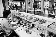 Nederland, 1-11-1985<br /> Serie beelden gemaakt voor twaalf verhalen in het blad Intermediair eind 1985, begin 1986 over de staat van de nederlandse economie per provincie . De computer deed voorzichtig zijn intrede, er bestond geen mobiele telefoon, gsm, of internet . De analoge maatschappij . Transitie naar het computertijdperk en automatisering, robotisering .<br /> Foto: Flip Franssen