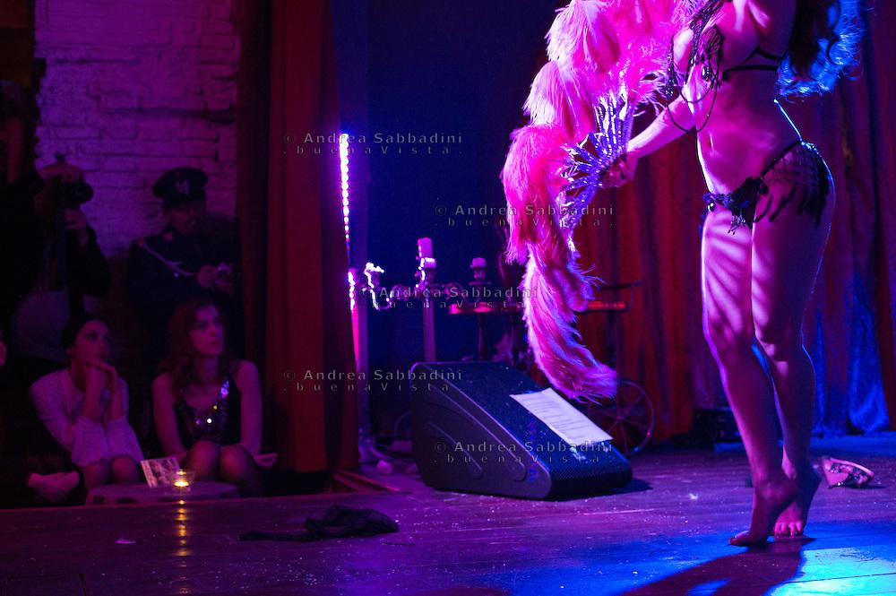 Roma, 13/12/2013: 9th Rome Burlesque Festival con Lada Red Star, Giudutta Sin, Scarlett Diamond e la band Crystal & the Runnin' Wild. Micca club, piazza Barberini.