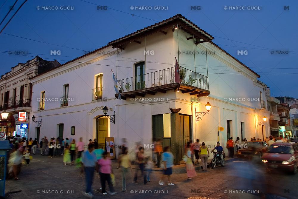 CASA HERNANDEZ (MHN Monumento Histórico Nacional) AL ANOCHECER, CALLE ALVARADO, CIUDAD DE SALTA, PROV. DE SALTA, ARGENTINA