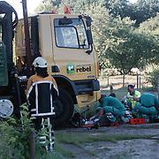 Ongeval beknelling Blaricummerstraat, bromfietser onder vrachtwagen
