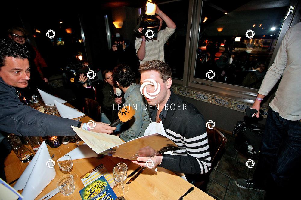 LEIDEN - De 3FM Serious Request actie is weer van start gegaan in Leiden.  Met op de foto Timur Perlin en Gerard Ekdom. FOTO LEVIN DEN BOER - PERSFOTO.NU