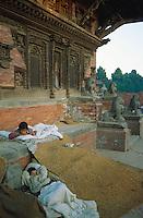 Nepal, Vallée de Kathmandu, Ville de Bakthapur, Enfants des rues. // Nepal, Kathmandu valley, City of Bakhtapur, street children.