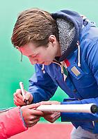 ROTTERDAM - HOCKEY -  Rotterdam speler Seve van Ass, die vorige week tijdens tijdens de wedstrijd tegen Amsterdam 7 tanden verloor en een gebroken kaak op liep , deel nog wat handtekeningen uit  tijdens de hoofdklasse hockeywedstrijd tussen de mannen van Rotterdam en Oranje-Zwart (0-2). COPYRIGHT KOEN SUYK