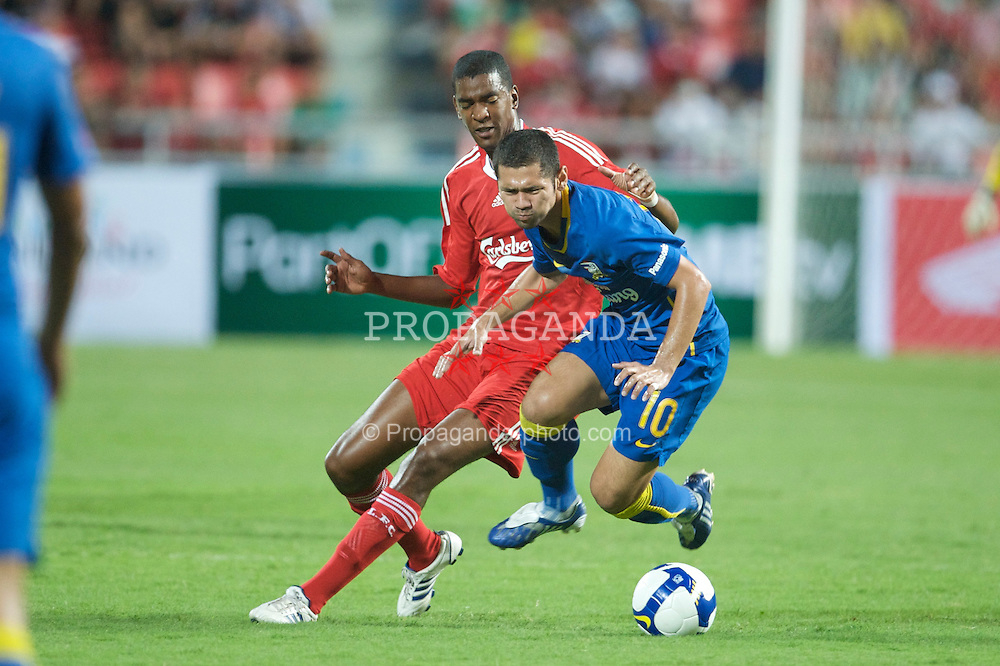 BANGKOK, THAILAND - Wednesday, July 22, 2009: Liverpool's Damien Plessis and Thailand's Narongchai Vachiraban during a preseason friendly match at the Rajamangala Stadium. (Pic by David Rawcliffe/Propaganda)