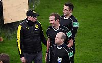 Fussball  DFB Pokal  Achtelfinale  2017/2018   FC Bayern Muenchen - Borussia Dortmund        20.12.2017 Trainer Peter Stoeger (li, Borussia Dortmund) mit dem Schiedsrichtergespann