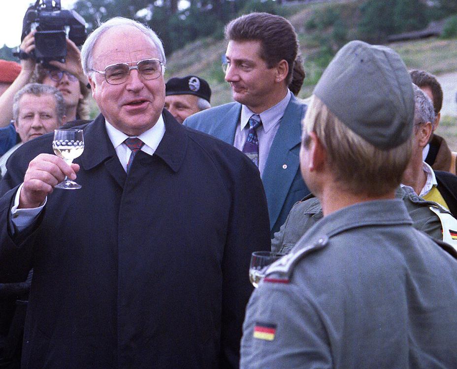 copyright by  CHRISTIAN JUNGEBLODT<br />HELLMUT KOHL , Bundeskanzler bei Truppenbesuch<br />in Ostdeutschland, Bundeswehr in Brandenburg ...<br />Ein Glas Wein mit Soldaten ...<br />Havelhoehe 22.07.1993