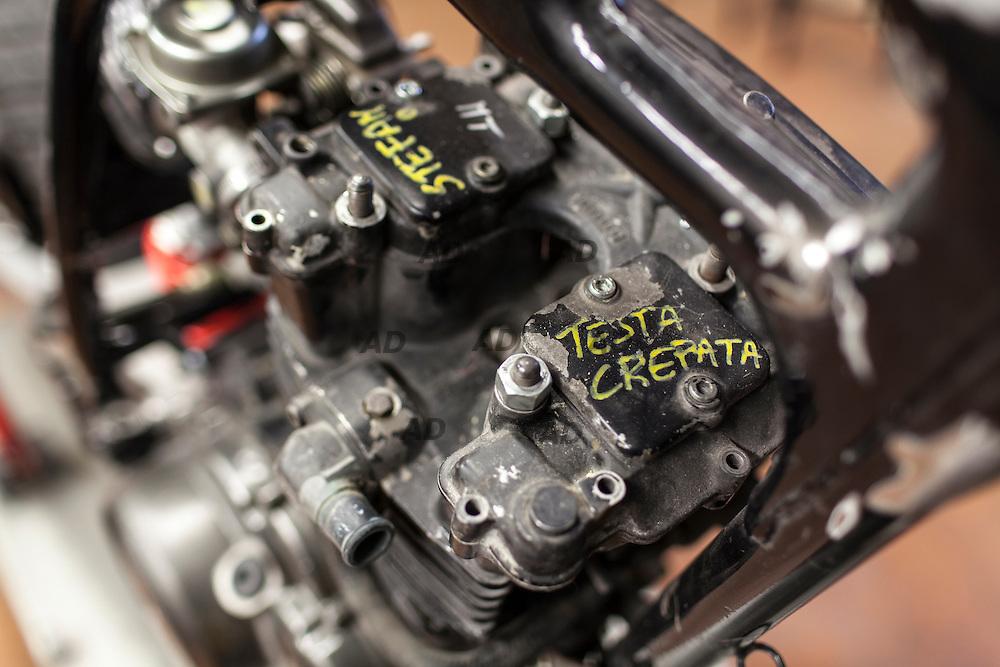 """L'officina di Vittorio """"Liba"""" Libanori. Liba comincia i lavori per una nuova RC. Questo è il """"manichino"""": Telaio su motore vuoto cui prendere misure per saldare gli attacchi dei nuovi serbatoi."""