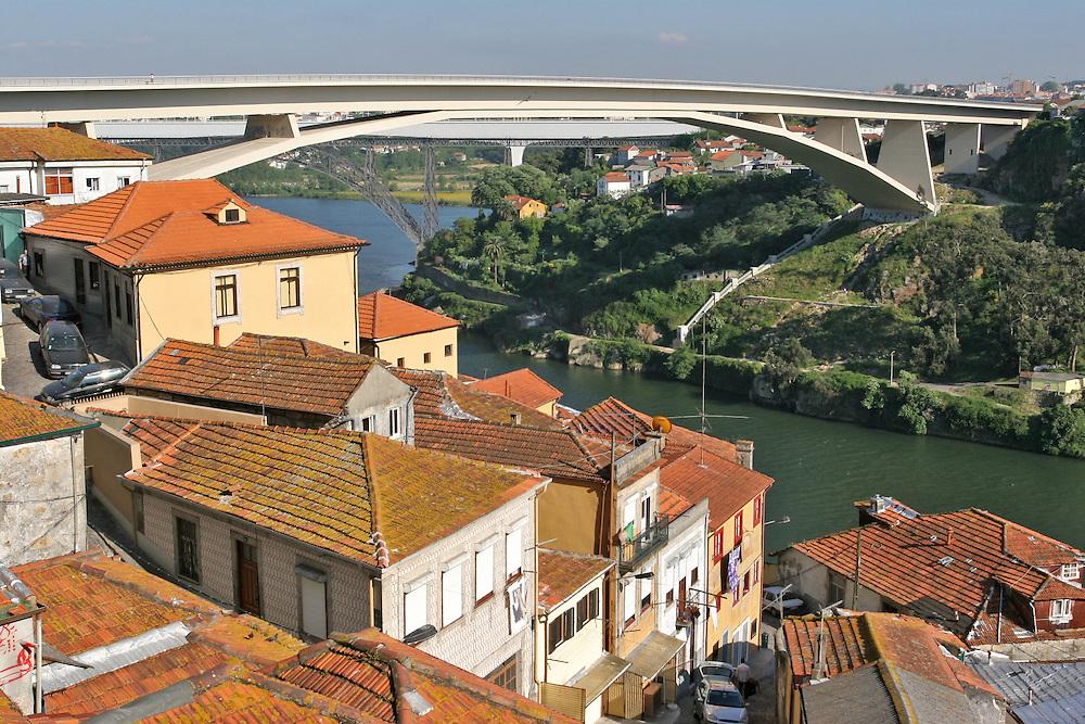 Puente Infante Don Enrique en Oporto (Portugal) es el de más reciente construcción entre Oporto y Vila Nova de Gaia.
