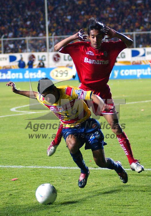 Morelia, Mich.- Javier Saavedra del equipo de monarcas disputa el balón con Rafael García del equipo de Toluca/AGENCIA MVT/Foto. Marco A. Castro
