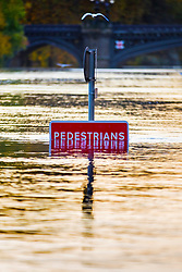 © Licensed to London News Pictures. 27/10/2019. York UK. The River Ouse in York has broken its banks causing some flooding in the city centre this morning after days of heavy rainfall in Yorkshire. Photo credit: Andrew McCaren/LNP