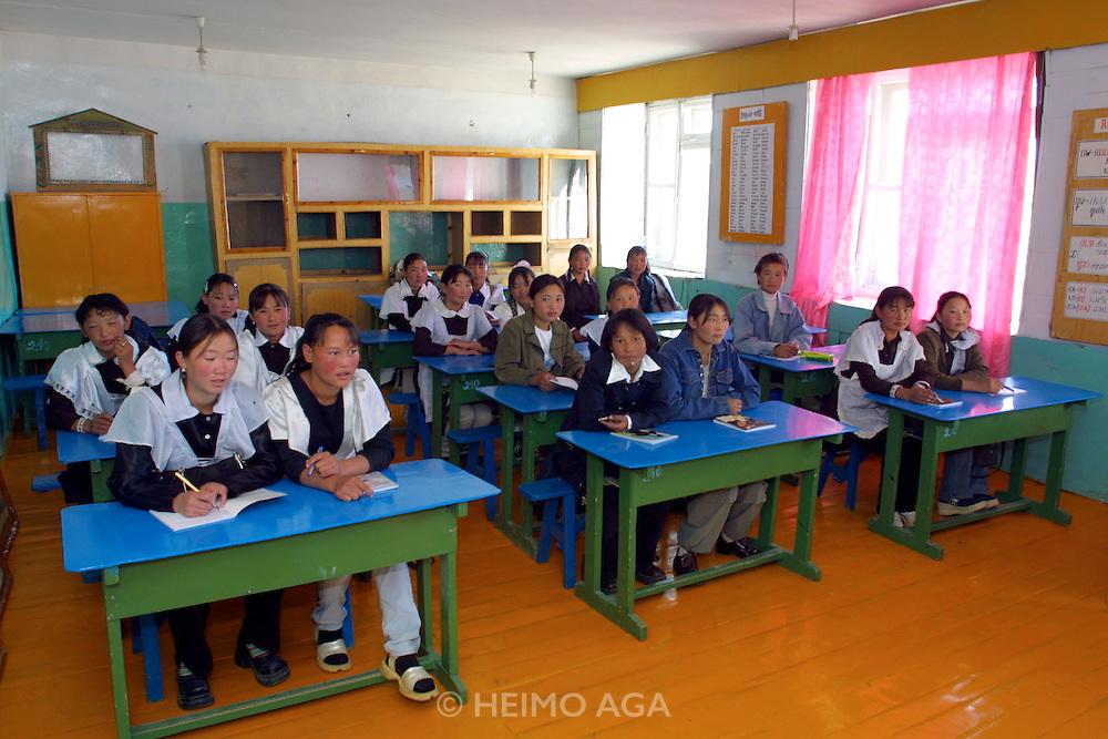 GOBI DESERT, MONGOLIA..09/03/2001.Bayanhongor (Bayankhongor). School girls in class room during English lesson..(Photo by Heimo Aga).