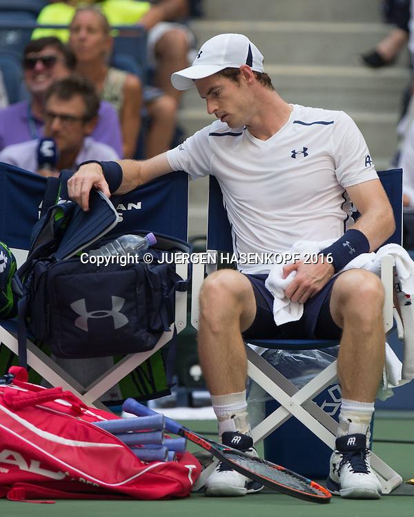 ANDY MURRAY (GBR) sitzt auf dem Stuhl waehrend Spielpause und schaut in seine Tasche,<br /> <br /> Tennis - US Open 2016 - Grand Slam ITF / ATP / WTA -  USTA Billie Jean King National Tennis Center - New York - New York - USA  - 7 September 2016.