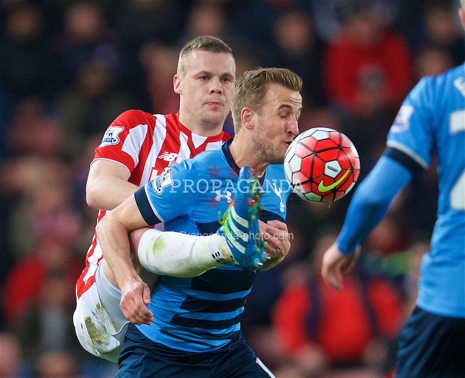 STOKE-ON-TRENT, ENGLAND - Monday, April 18, 2016: Tottenham Hotspur's Harry Kane in action against Stoke City's captain Ryan Shawcross during the FA Premier League match at the Britannia Stadium. (Pic by David Rawcliffe/Propaganda)