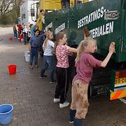 Schoolkinderen maken auto's schoon van tuincentrum rebel Huizen <br /> kind, autowassen, wassen