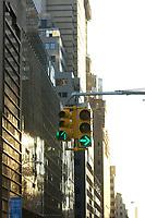 21 NOV 2003, NEW YORK/USA:<br /> Eine Gruene Verkehrsampel und Verkehrsschilder vor den Hochhauskulissen  von Manhatten, New York<br /> IMAGE: 20031121-02-016<br /> KEYWORDS: Taxi, Strasse, grüne