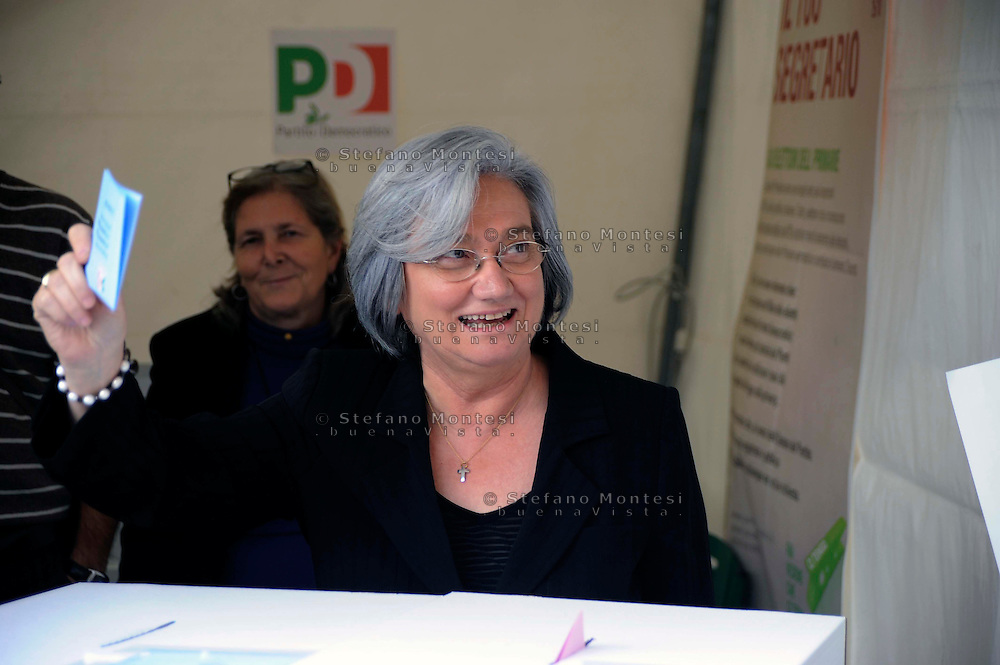 Roma 25 Ottobre 2009.Rosi Bindi al voto per le primarie del Partito Democratico per la scelta del  segretario del partito..Italian opposition Democratic Party (PD) deputy Rosy Bindi casts her vote.  The Democratic Party is holding nationwide primary to choose a new leader.