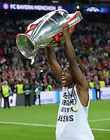 FUSSBALL  CHAMPIONS LEAGUE  SAISON 2012/2013  FINALE  Borussia Dortmund - FC Bayern Muenchen         25.05.2013 Champions League Sieger 2013 FC Bayern Muenchen: David Alaba (Bayern) jubelt mit dem Pokal