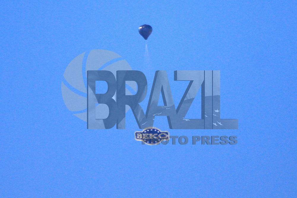 SAO PAULO, SP, 03.08.2014 - Um balao de grandes proporcoes foi visto hj pela manha cruzando a espaço aereo no bairro do Jaçana , próximo ao aeroproto de Guarulhos, regiao norte da cidade de Sao Paulo (Foto: Andre Hanni /Brazil Photo Press).