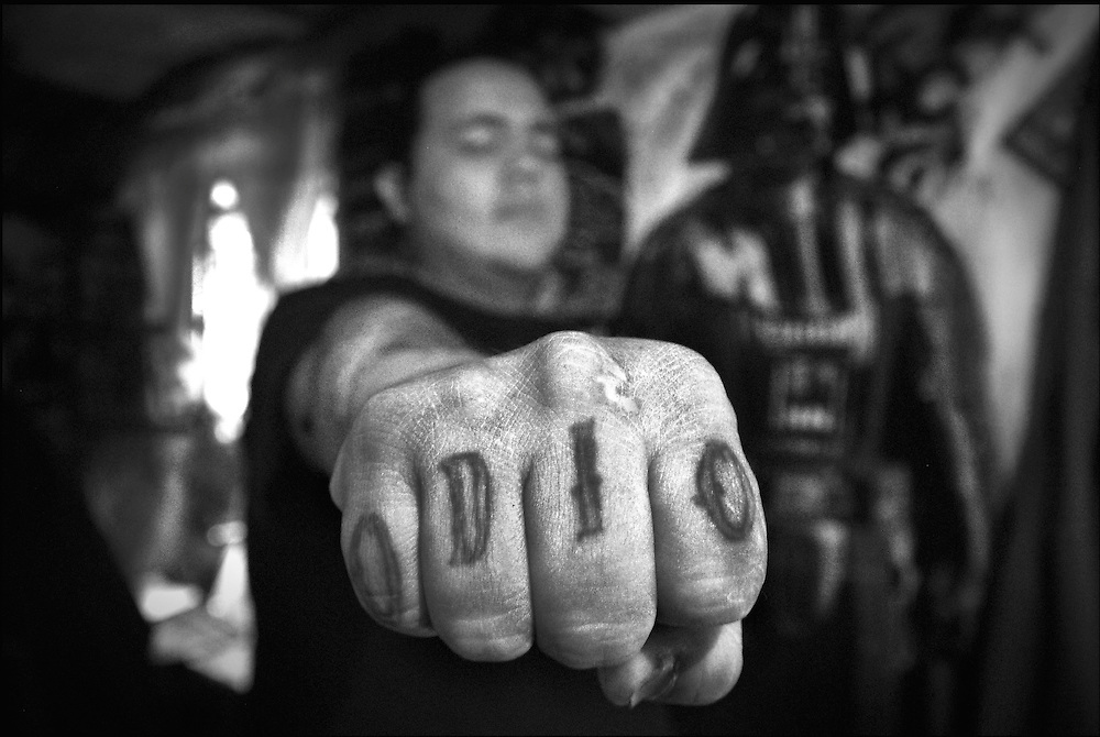 Guadalajara, jalisco. M&eacute;xico 2009. Heblen muestra su pu&ntilde;o, en su Boler&iacute;a, reflejo de como esta subcultura ha vinculado su rebeld&iacute;a contra la cultura oficial.<br /> foto giorgio viera.