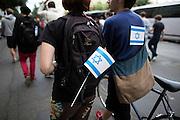Frankfurt am Main | 04 Aug 2014<br /> <br /> Am Montag (04.08.2014) demonstrierten in Frankfurt am Main etwa 400 Menschen aus verschiedenen linken und linksradikalen Gruppen, aus der j&uuml;dischen Gemeinde und der Frankfurter Stadtgesellschaft gegen Antisemitismus und Judenhass. In den vergangenen Wochen war es in der Bankenstadt immer wieder zu antisemitischen Vorf&auml;llen wie Schmierereien an einer Synagoge, Hass-Kundgebungen oder einer eingeworfenen Scheibe bei einer j&uuml;dischen Familie und Beschimpfungen als &quot;Judenschweine&quot; gekommen.<br /> Hier: Demonstranten mit kleinen Flaggen von Israel.<br /> <br /> &copy;peter-juelich.com<br /> <br /> [No Model Release | No Property Release]