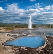 Strokkur, Haukadal, Bláskógabyggð áður  Biskupstungnahreppur / Strokkur spouting hot spring (in background) Haukadl, Blaskogabyggd former Biskupstungnahreppur.
