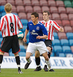 Widnes, England - Tuesday, September 4, 2007: Sunderland's Gavin Donoghue and Everton's Lukas Jutkiewicz during the Premier League Reserve match at the Halton Stadium. (Photo by David Rawcliffe/Propaganda)