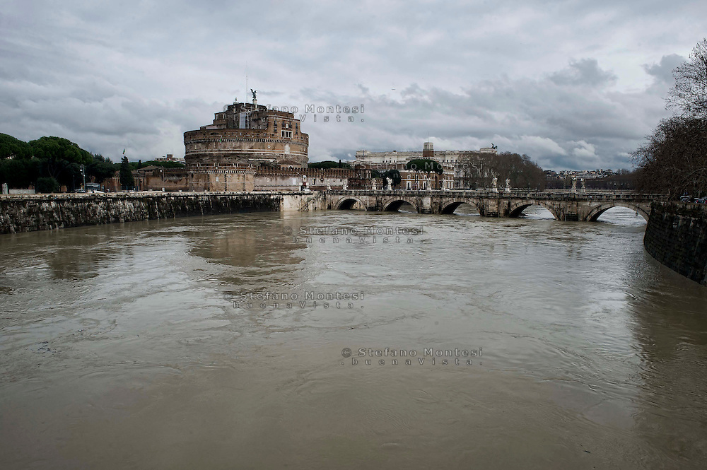 &nbsp;Roma 3 Febbraio 2014<br /> Una veduta del fiume Tevere durante la piena, Castel Sant'Angelo e Ponte Sant'Angelo <br /> Roma &egrave; stata una delle citt&agrave; pi&ugrave; colpite da un'ondata di pioggia torrenziale che ha provocato numerosi allagamenti in vari quartieri della citt&agrave;.<br /> Rome, Italy. 3st February 2014<br /> A view of the Tevere River during the flood, Castel Sant'Angelo and  Ponte Sant'Angelo.<br /> Rome has been one of the cities worst hit by a wave of torrential rain, that caused flooding in several different neighborhoods of the city.