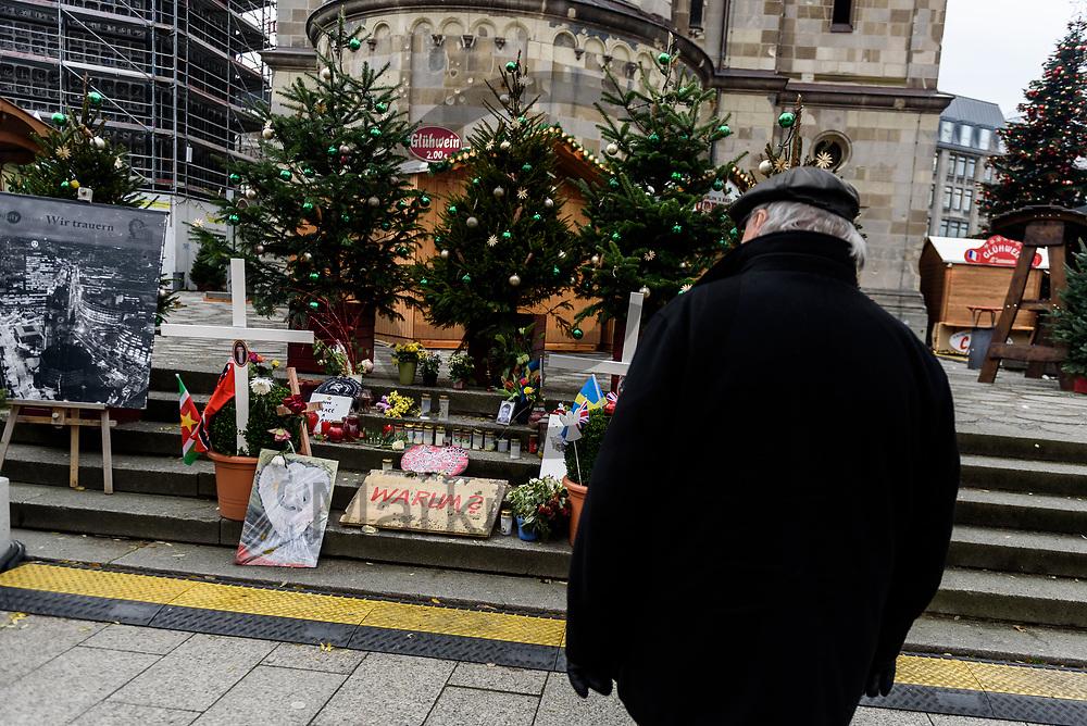 Deutschland, Berlin - 27.11.2017<br /> <br /> Ein Besucher schaut auf das Mahnmal f&uuml;r die Opfer des Terroranschlags auf dem Weihnachtsmarkt im Jahr 2016. Der Weihnachtsmarkt am Breitscheidplatz er&ouml;ffnet heute zum 34. mal seine Pforten f&uuml;r die Besucher. Am 19. Dezember 2016 fuhr der islamistische Attent&auml;ter Anis Amri mit einem LKW in die Besuchermenge des Marktes und t&ouml;tete elf Besucher.<br /> <br /> Germany, Berlin - 27.11.2017<br /> <br /> A visitor looks at the memorial for the victims of the terrorist attack on the Christmas market in 2016. The Christmas market on Breitscheidplatz opens its doors for visitors for the 34th time today. On 19 December 2016, the Islamist assassin Anis Amri drove a truck in the crowd of the market and killed eleven visitors.<br /> <br />  Foto: Markus Heine<br /> <br /> ------------------------------<br /> <br /> Ver&ouml;ffentlichung nur mit Fotografennennung, sowie gegen Honorar und Belegexemplar.<br /> <br /> Bankverbindung:<br /> IBAN: DE65660908000004437497<br /> BIC CODE: GENODE61BBB<br /> Badische Beamten Bank Karlsruhe<br /> <br /> USt-IdNr: DE291853306<br /> <br /> Please note:<br /> All rights reserved! Don't publish without copyright!<br /> <br /> Stand: 11.2017<br /> <br /> ------------------------------