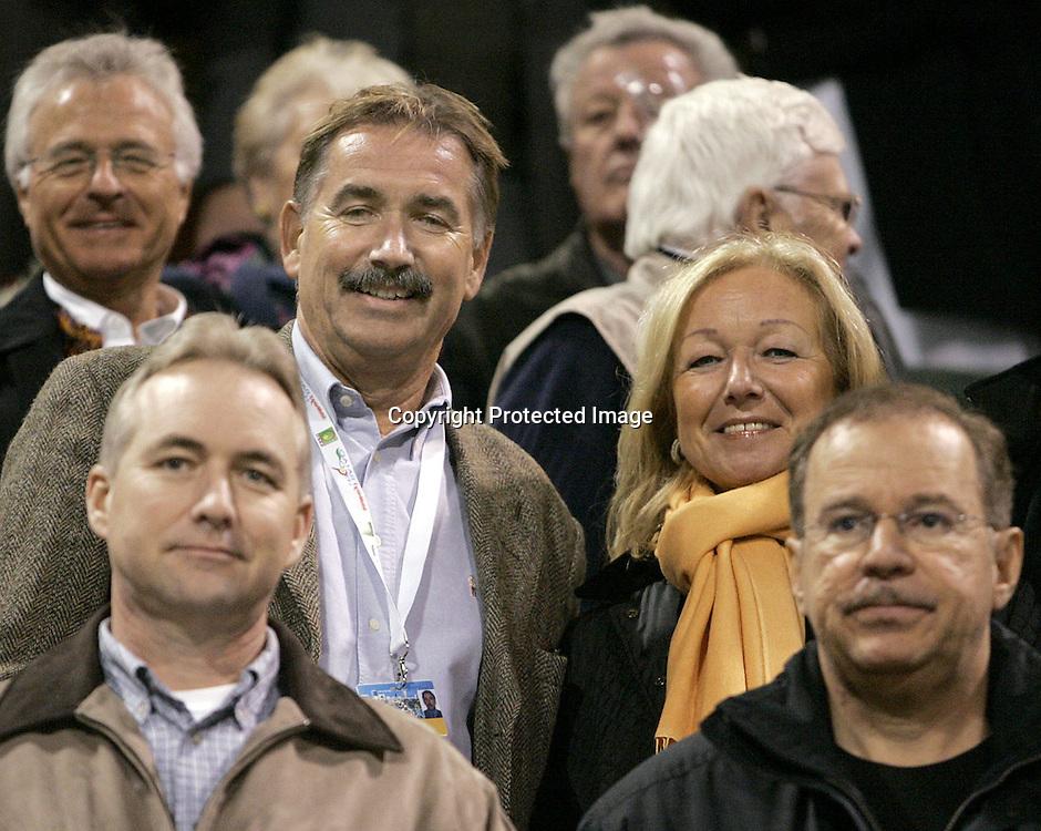 Qatar, Doha, ATP Tennis Turnier Qatar Open 2005,  Vize Botschafter Peter-Christian Haucke (GER) und Ehefrau auf der Tribuene als Zuschauer, 08.01.2005,<br /> Foto: Juergen Hasenkopf