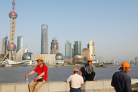Chine, Shanghai, vue de Pudong depuis le Bund. // China, Shanghai, Pudong towers from the Bund.