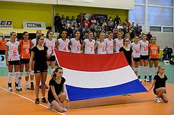 28-12-2013 VOLLEYBAL: TOPVOLLEYBAL TOURNOOI NEDERLAND BELGIE: ALMELO<br /> Nederland wint de eerste wedstrijd met 3-0 van Belgie / Line up team Nederland met vlag<br /> &copy;2013-FotoHoogendoorn.nl