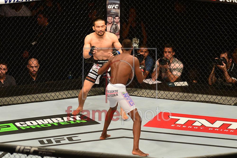 Katsunori Kikuno x Kevin Souza (bermuda branca) durante luta válida pelo UFC FIGHT NIGHT:  MAIA X LAFLARE, realizado no ginásio do Maracanazinho, zona norte da cidade do Rio de Janeiro, RJ. Foto: Fernando Monteiro/Frame