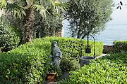 Heiligenfigur in Garten am See, Altstadt, Sirmione, Gardasee, Lombardei, Italien   Holy figure in the garden by the lake, Old Town, Sirmione, Lake Garda, Lombardy, Italy