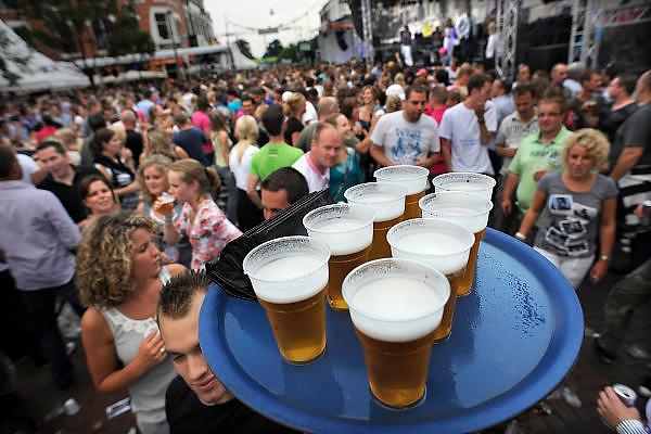 Nederland, Nijmegen, 23-7-2010Onlosmakelijk met de vierdaagse, 4daagse, zijn in Nijmegen de vierdaagse feesten, de zomerfeesten. Elke avond komen over de honderdduizend bezoekers naar de binnenstad. De politie heeft inmiddels grote ervaring met het spreiden van de mensen, het zgn. crowd control. Op de foto de Molenstraat op de slotdag.Foto: Flip Franssen/Hollandse Hoogte