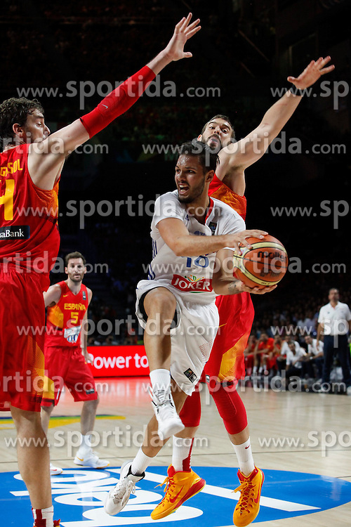 10.09.2014, Palacio de los deportes, Madrid, ESP, FIBA WM, Frankreich vs Spanien, Viertelfinale, im Bild Spain´s Marc Gasol (R) and Pau Gasol (L) and France´s Fournier // during FIBA Basketball World Cup Spain 2014 Quarter-Final match between France and Spain at the Palacio de los deportes in Madrid, Spain on 2014/09/10. EXPA Pictures © 2014, PhotoCredit: EXPA/ Alterphotos/ Victor Blanco<br /> <br /> *****ATTENTION - OUT of ESP, SUI*****