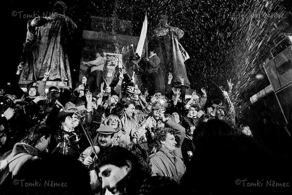 CESKOSLOVENSKO 80s - Ceskoslovenska socialisticka republika<br /> Radost,stesti,dojeti,rev,sampanske,sekt,opilost, a mnoho neppsatelnych  emoci ...oslava SVOBODY  na Silvestra v roce 1989/90 pod sochou Svateho Vaclava,Praha