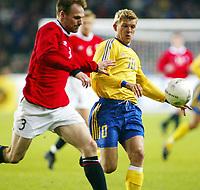 Fotball, 17. april 2002. Landskamp herrer, Norge v Sverige (Norway v Sweden 1-1), Ullevaal stadion. Marcus Allbäck, Sverige, og Erik Hoftun, Norge.