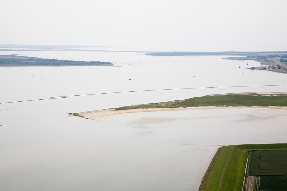 Nederland, Zuid-Holland, Goeree-Overflakkee, 04-07-2006; mosselbanken in het Springersdiep, onderdeevan het Grevelingenmeer, het grootste zoutwatermeer van West Europa; ontstaan door de aanleg van de Brouwersdam, aan de horizon, tussen tussen Schouwen-Duiveland (links) en Goeree-Overflakkee (rechts); door de afsluiting vielen een aantazandplaten permanent droog, waaronder midden rechts Markenje en links boven midden Hompelvoet; natuurreservaat, broedplaats, rustplaat voor vogels, vogeltrek, waterbeheer, getijden, eb en velod, brak, Deltawerken, milieu, milieuproblematiek, landschap, natuur, zand, strand; luchtfoto (toeslag); aerial photo (additional fee required); .foto Siebe Swart / photo Siebe Swart