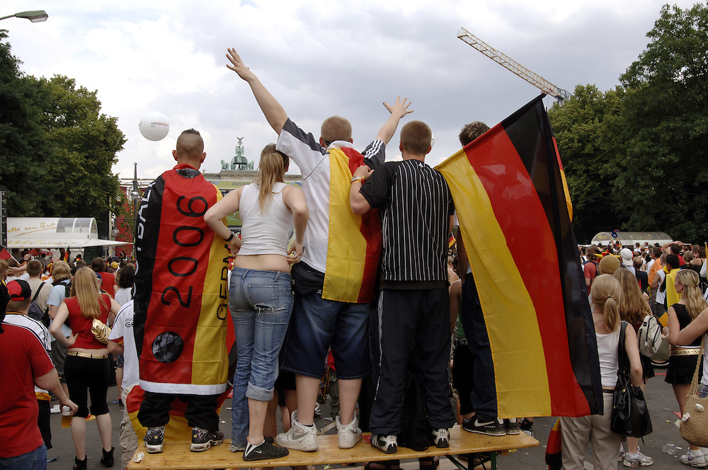 Fussballweltmeisterschaft 2006 in Deutschland FIFA World Cup Vorrunde Spiel Deutschland Ecuador (3-0) Public Viewing Berlin Fan Mile am Brandenburger Tor Bevoelkerung Fans Fussballfans Sport Fussball Fahnen Schwarz Rot Gold Deutschlandfahnen Menschenmenge Emotionen bunt Spannung Jubel Freude Begeisterung Fanartikel Weltmeisterschaft WM Europa 14.06.2006; QF; (Farbtechnik sRGB 34.94 MByte vorhanden) English World Cup 2006 in Germany FIFA World Cup first round match Germany Ecuador (3-0) Public Viewing  Berlin Fan Mile people fans sport football soccer crowd emotions joy joyous jubilation cheering enthusiasm enthusiasts excitement fan articles flags German flag merchandize Europe June 20 2006 Sacharchiv ..