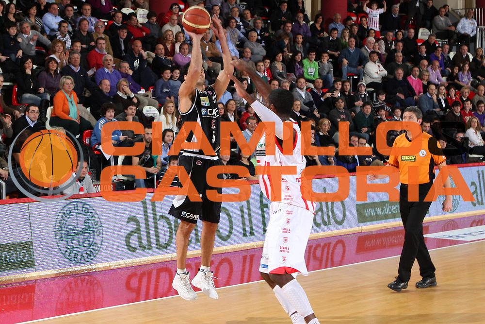 DESCRIZIONE : Teramo Lega A 2009-10 Bancatercas Teramo Carife Ferrara<br /> GIOCATORE : Daniel Farabello<br /> SQUADRA : Carife Ferrara<br /> EVENTO : Campionato Lega A 2009-2010 <br /> GARA : Bancatercas Teramo Carife Ferrara<br /> DATA : 31/01/2010<br /> CATEGORIA : tiro<br /> SPORT : Pallacanestro <br /> AUTORE : Agenzia Ciamillo-Castoria/E.Castoria<br /> Galleria : Lega Basket A 2009-2010 <br /> Fotonotizia : Teramo Lega A 2009-10 Bancatercas Teramo Carife Ferrara<br /> Predefinita :