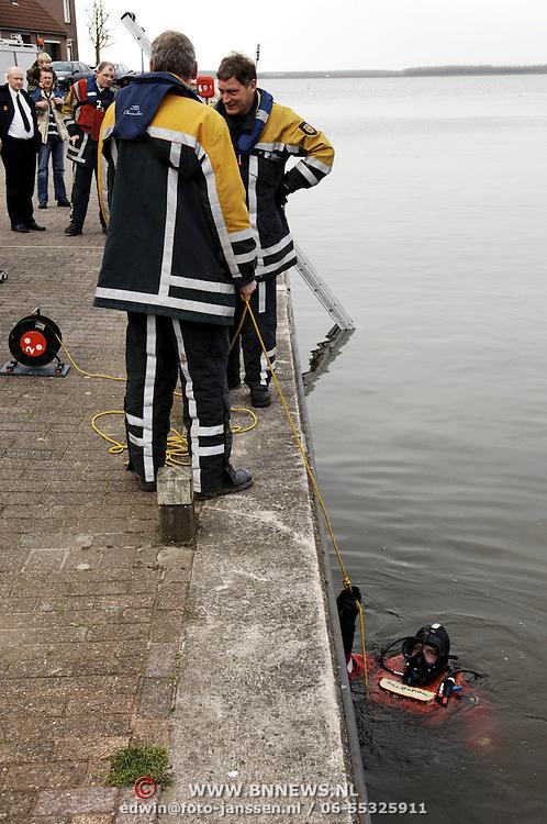 brandweer Huizen duikt bij brug aanloophaven Huizen ivm klachten diepgang havenmeester