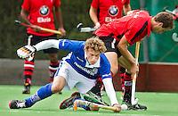 ZEIST - 18/09/2011     Lukas Siebenga (l) van Kampong in duel met Just van den Broek van Schaerweijde, , zondag tijdens de Rabo hoofdklassewedstrijd tussen Schaerweijde en Kampong (1-2). Foto KNHB/Koen Suyk