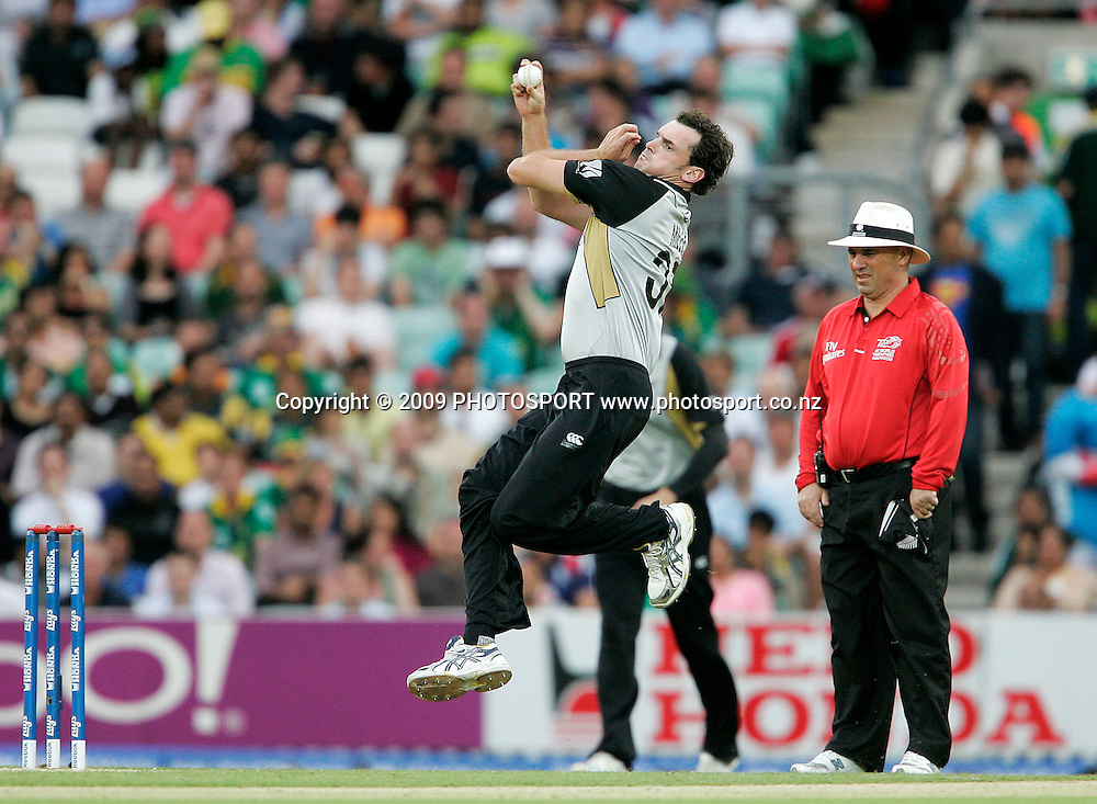 New Zealand's Kyle Mills bowls during the ICC World Twenty20 Cup match between the New Zealand Black Caps and Pakistan at the Oval, London, England, 13 June, 2009. Photo: PHOTOSPORT
